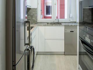 Cocina de 7m2 en forma de L de Suarco Moderno