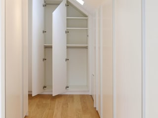 Modern dressing room by Hammer & Margrander Interior GmbH Modern