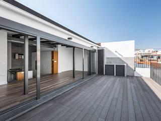 Penthouse in Valencia tambori arquitectes Balcones y terrazas de estilo moderno