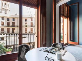 Home in Plaza Redonda tambori arquitectes غرفة السفرة