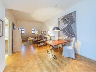 Komplexe Dachgeschosswohnung mit vielen Facetten Andre Henschke Immobilienfotografie Klassische Wohnzimmer