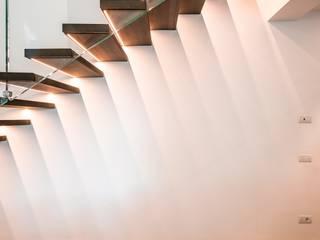 Scala sospesa in faggio con parapetto in vetro di Scaleparquet Moderno