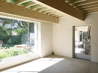 De Nieuwe Context Eclectic style living room Wood White