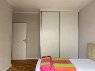 BCimobiliária モダンスタイルの寝室