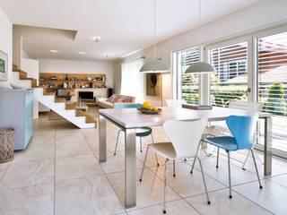 Vitalhaus Breitbrunn Regnauer Hausbau Wohnzimmer im Landhausstil Mehrfarbig