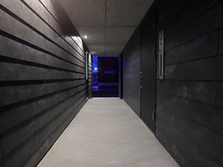 一級建築士事務所 Atelier Casa Modern corridor, hallway & stairs Black