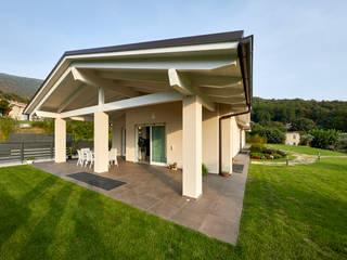 WOODEN Flussocreativo Design Studio Balcone, Veranda & Terrazza in stile moderno