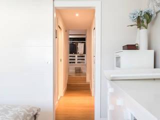 ARESAN PROYECTOS Y OBRAS SL Modern corridor, hallway & stairs White