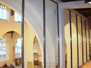 Fixed glass screens Ion Glass Paredes y suelos de estilo minimalista Vidrio