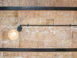 Grupo Inventia Baños de estilo industrial Ladrillos Marrón