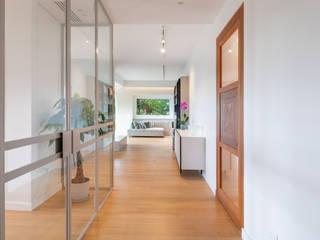 Archifacturing Pasillos, vestíbulos y escaleras de estilo moderno Vidrio Beige