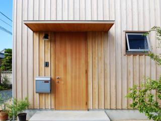 Puertas modernas de 神家昭雄建築研究室 Moderno