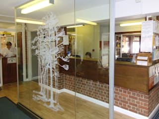 Free standing glass screens Ion Glass Pasillos, vestíbulos y escaleras de estilo minimalista Vidrio