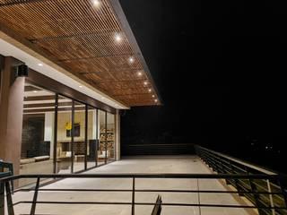 Arquitectos y Entorno S.A.S Balcone, Veranda & Terrazza in stile minimalista Effetto legno