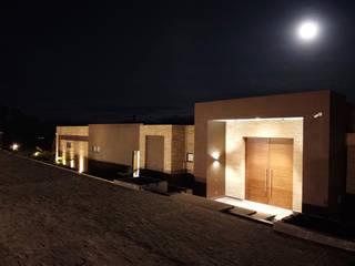 Arquitectos y Entorno S.A.S Case in stile minimalista Laterizio Marrone
