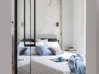 モダンスタイルの寝室 の Pracownia Architektury Wnętrz Decoroom モダン