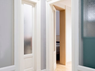 PLUS ULTRA studio 隨意取材風玄關、階梯與走廊