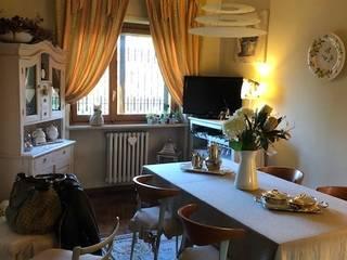 Appartamento fuori Torino in stile shabby chic Silvia Camporeale Interior Designer Sala da pranzo in stile classico Legno Arancio
