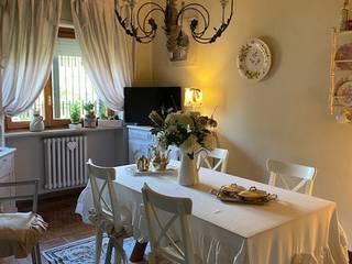 Appartamento fuori Torino in stile shabby chic Silvia Camporeale Interior Designer Sala da pranzo in stile classico Legno Bianco