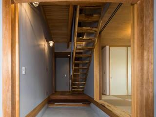京都と海外が融合する家 田中洋平建築設計事務所 モダンスタイルの 玄関&廊下&階段