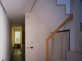 タカヤマ建築事務所 Modern corridor, hallway & stairs