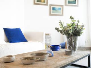 Reforma integral de un apartamento en la costa Interiorismo Laura Mas Salones de estilo mediterráneo Madera Azul