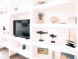 Reforma integral de un apartamento en la costa Interiorismo Laura Mas Salones de estilo mediterráneo Hormigón Blanco