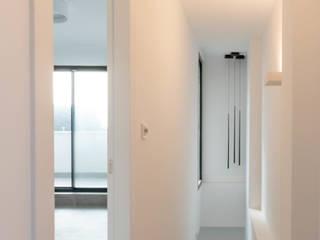 Vivienda Unifamiliar MA_MARB_005 Criz Arquitectura Pasillos, vestíbulos y escaleras de estilo moderno Blanco