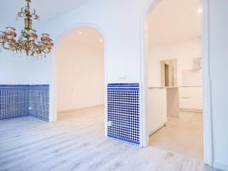Grupo Inventia Salas de estilo mediterraneo Azulejos Azul