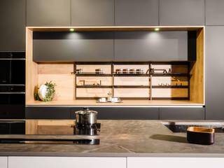 Modern kitchen in black and wood tones / Cozinha moderna em tons de preto e madeira Cozinhas modernas por Movimar Moderno