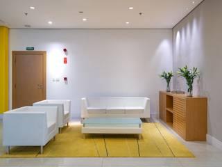 Spazhio Croce Interiores Estudios y despachos de estilo colonial Derivados de madera Blanco