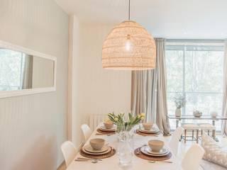 Decoración piso en Barcelona Interiorismo Laura Mas Comedores de estilo mediterráneo Madera Beige
