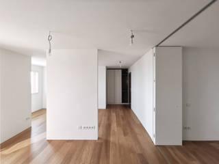REFORMA DE UN PISO CON VISTAS EN BARCELONA senta arquitectura i paisatge Salones de estilo minimalista Madera Blanco