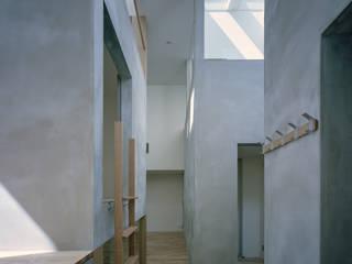 藤原・室 建築設計事務所 Modern corridor, hallway & stairs Grey