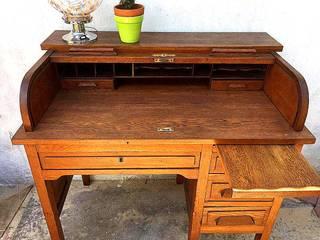 ESCRITORIO ANTIGUO DE ROBLE CON CORTINA Muebles eran los de antes - Buenos Aires EstudioEscritorios Madera maciza Marrón
