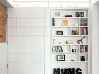 Raphael Civille Arquitetura Salas de estar escandinavas Madeira Branco