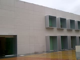 Merkalum Oficinas de estilo moderno Aluminio/Cinc Metálico/Plateado