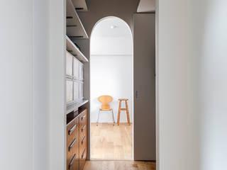 株式会社ブルースタジオ Modern corridor, hallway & stairs
