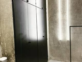 """Rasatura a muro """"grezzo"""" con Malta con inserti di cartongesso e montaggio led decorativi EDIL MAVI costruzioni Pareti & Pavimenti in stile moderno"""