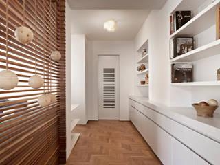 Restyling appartamento tuttaunaltracasa Ingresso, Corridoio & Scale in stile moderno