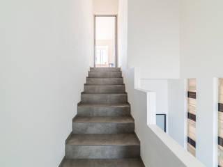 RISTRUTTURAZIONE SOTTOTETTO CC-ARK - SERENA&VALERIA Ingresso, Corridoio & Scale in stile moderno Ceramica Bianco
