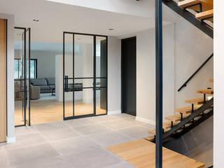 MIRA Interieur & Meubelontwerp Modern living room Solid Wood White