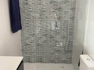 Refovert S.L. Modern style bathrooms Tiles White