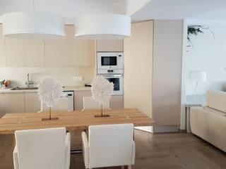 Ático en Denia Hemme & Cortell Construcciones S.L. Cocinas de estilo mediterráneo Aglomerado Beige