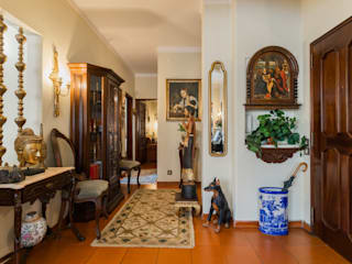 Janine Martins - Consultora Imobiliária | Arquitecta | Home Staging Classic style corridor, hallway and stairs