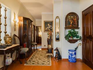 Janine Martins - Consultora Imobiliária | Arquitecta | Home Staging Коридор, прихожая и лестница в классическом стиле