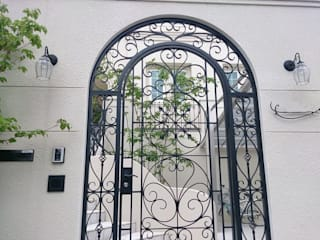 特注鋳物門扉(オーダー門扉)のゲート 株式会社ウエシン オリジナルな 家 鉄/鋼 白色