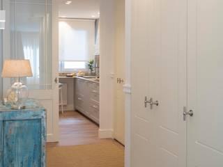 Sube Susaeta Interiorismo Classic style corridor, hallway and stairs White