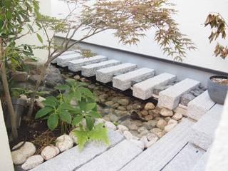 和洋折衷の暮らし 石貼りのクローズ外構 株式会社ウエシン オリジナルな 庭 石