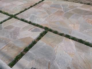 和洋折衷の暮らし 石貼りのクローズ外構 株式会社ウエシン モダンデザインの ガレージ・物置 石